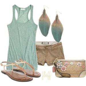camisa azul claro con pantalones cortos de color beige y accesorios de combinación |  Combinación de ropa y accesorios a las fotografías por RLou