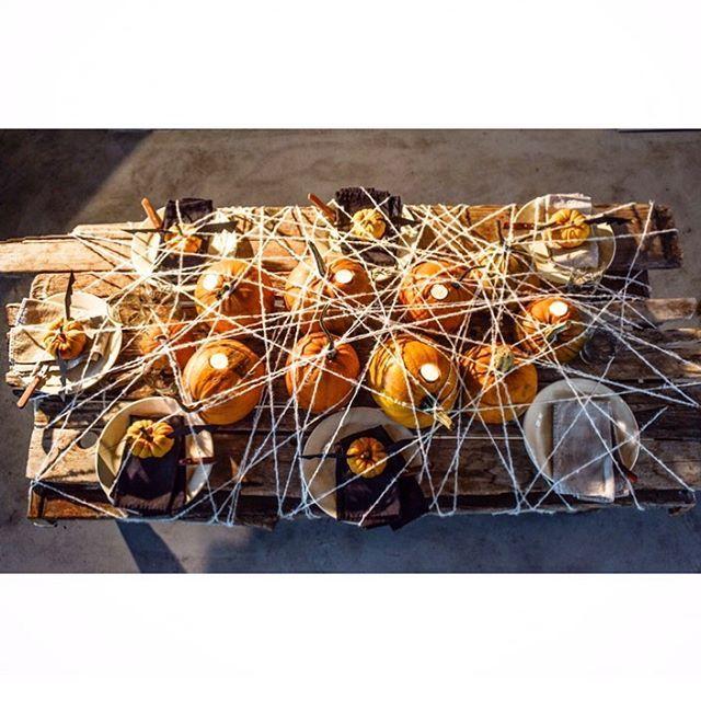 Halloween tips 🎃 ...snöra in dukningen med angoragarn..(foto @johanlindeberg) ..pumpor i olika storlekar, skär hål för värmeljus, svarta servetter..vira med garnet runt hela bordet som ett spindelnät...klipp, riv eller dra åt sidan när ni sätter er. Akta ljusen!! #halloween #tablesetting  #pumpkin #tabledecor #bat