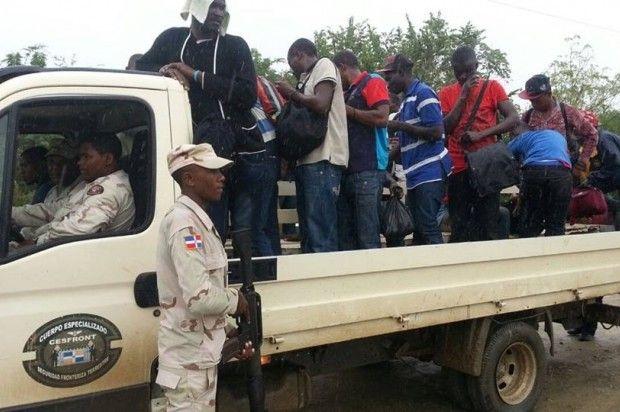 Autoridades fronterizas detienen 12 haitianos con carnet falsos del Plan de Nacional de Regulación