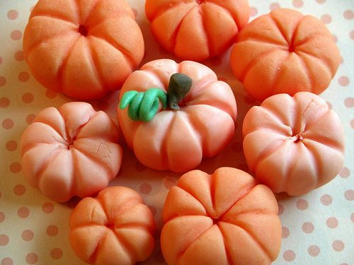 fondant pumpkin tutorial. Now that i know where to get fondant in Indonesia... Yay!