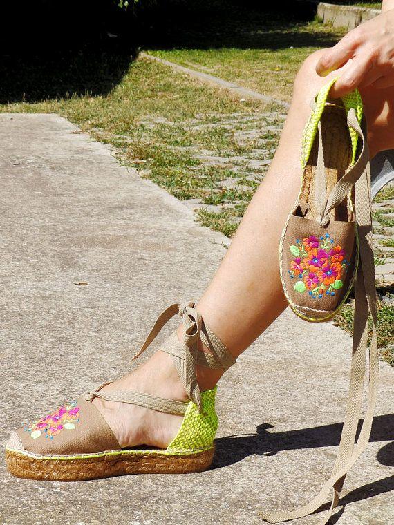 226dd98111c Alpargatas artesanales Walk Heart. Alpargatas abiertas con suela de  plataforma, bordadas con flores.