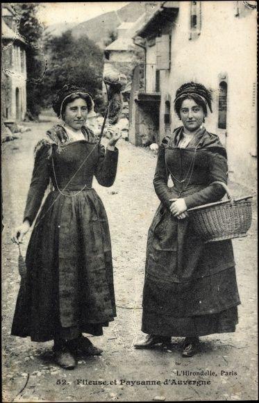 Postcard Une Fileuse et une paysanne d'Auvergne en costumes  postally used 1911