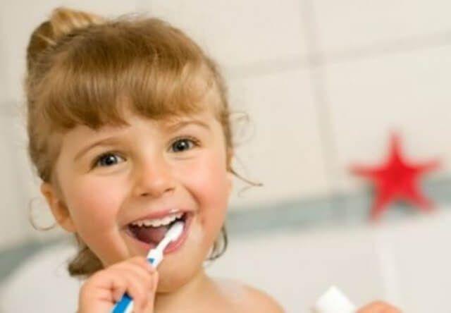 Πότε πρέπει να ξεκινήσει το βούρτσισμα των δοντιών