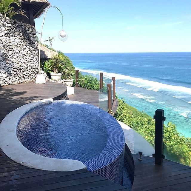 Our Himalayan salt bath at Karma Spa, in Karma Kandara, commands quite possibly one of the best bath time views in the world! 📷 @ariel___33  #ExperienceKarma #KarmaSpa #Luxury #Relax #Spa #Sea #Ocean #Beautiful #Wow #Pool #HimalayanPool #ThisView #Blue