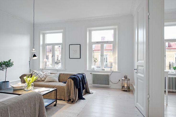Luftigt vardagsrum i fil med matsal/bibliotek