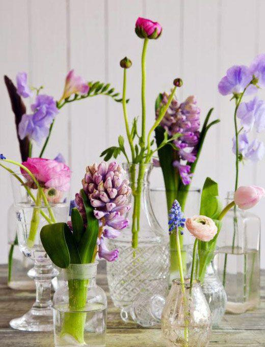 Haal de lente in huis met kleurrijke bloemen in kleine vaasjes! #decoratie (soortgelijke vaasje via #HouseDoctor)
