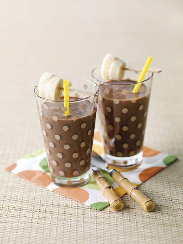 1. Snij 3 bananen in stukjes en mix ze samen met de melk en het chocoladepoeder. 2. Zet in de koelkast tot gebruik. 3. Snij de laatste banaan in plakjes. Verdeel de smoothie over glazen en werk af met prikkertjes waarop je plakjes banaan prikt.