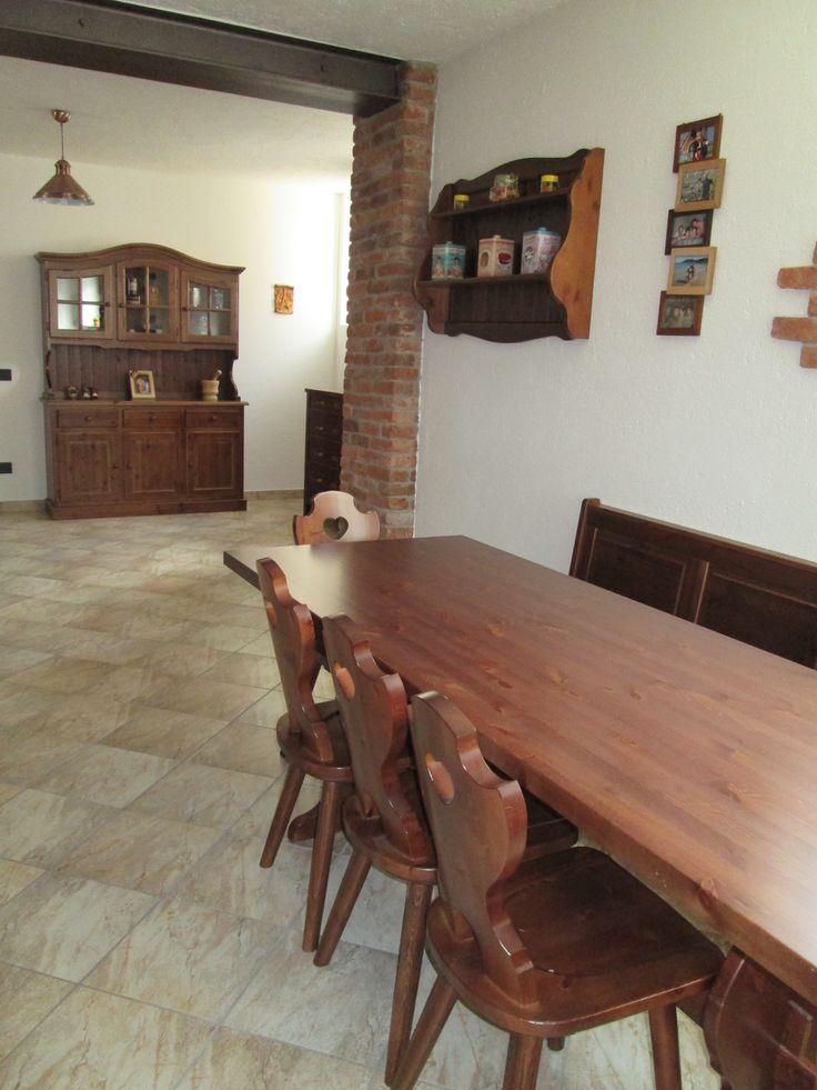 Euro 1639 www.mobilificiomaieron.it - 0433775330 - https://www.facebook.com/pages/Mobilificio-Maieron-Arredamenti-Rustici-In-Legno/926275087445375  Arredamenti Rustici in legno a prezzo di fabbrica. Taverna / Soggiorno completo in stile rustico compeltamente in legno massello color Noce.Giropanca+Sedie+Credenza  #soggiornirustici #mobilipino #arredicasemontagna #arrediinlegno #mobilificiomaieron