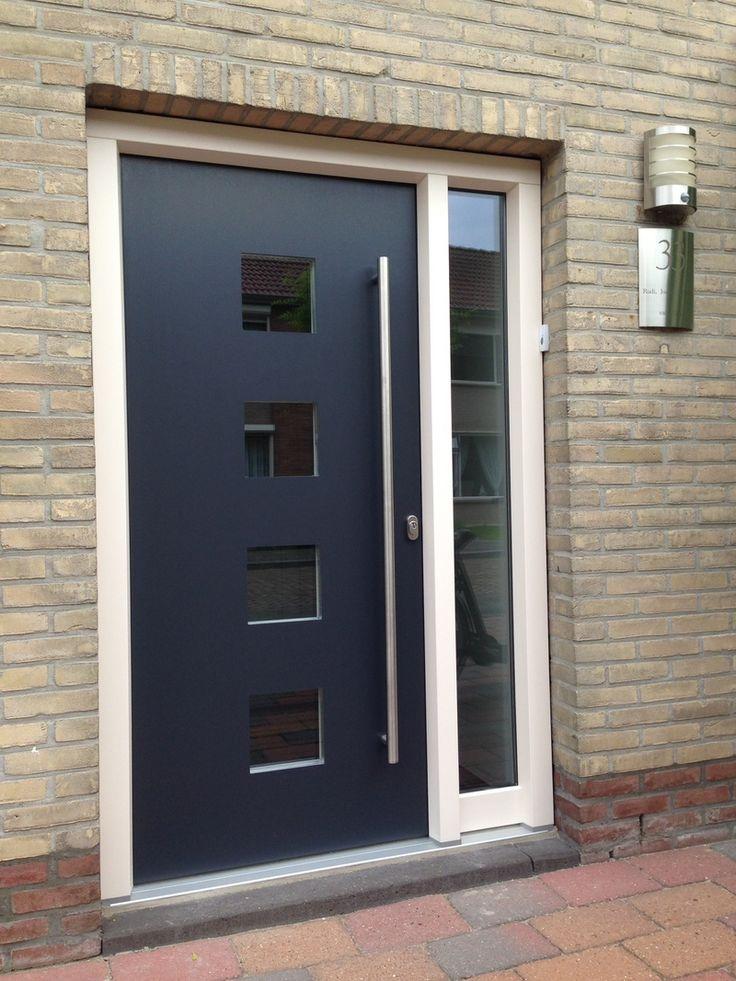 Onze kunststof deuren hebben gelijke cilinders, dievenklauwen, hoekverstevigingen, een automatisch driepuntsslot en doorlopende sluitstrips in deurblad en kunststof kozijn. Merk Adeco, type Dicoma deurpaneel met lange RVS greep deuroverlappend, helder glas.