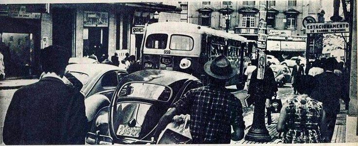 Imagem a partir da rua 7 de Abril em direção à rua Xavier de Toledo. Ao fundo o prédio que seria demolido para a construção da estação Anhangabaú (linha vermelha do Metrô).