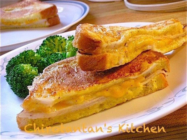 モンティクリスト 2枚の食パンにハムと溶けるチーズをはさみ、黒コショウとバジルなどで風味をつけます。あとは、フレンチトーストを作る要領で、牛乳と卵を合わせた卵液に漬け込み、フライパンで表面をこんがりと焼くだけ。