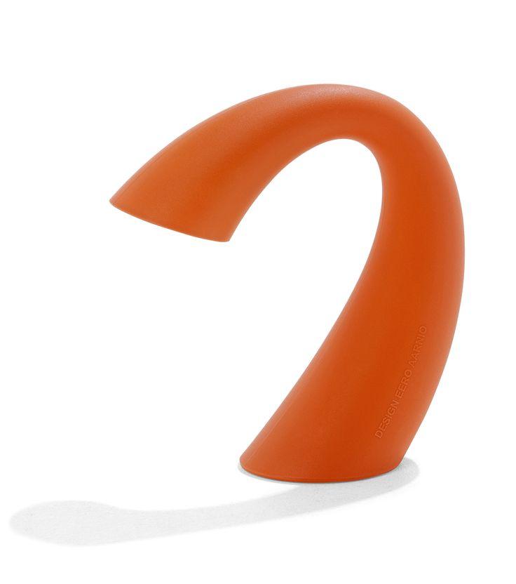 Swan-valaisin oranssi. Eero Aarnion suunnittelema Swan on nimensä mukainen tyylipuhdas kaunotar. Design Eero Aarnio