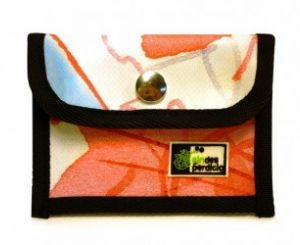 Star   8€  Monedero tarjetero semicuadrado, podrás guardar tus monedas en la parte delantera con el cierre de broche y las tarjetas en el bolsillo trasero. Pequeño y funcional, podrás esconderlo en cualquier bolsillo. Medidas: 8,5×12 Material: Lona reciclada de banderolas publicitarias (PVC). Características adicionales: Cierre con cremallera. Ribeteado con cinta agradable al tacto.  http://sindesperdicio.es/tienda/pocket/star/