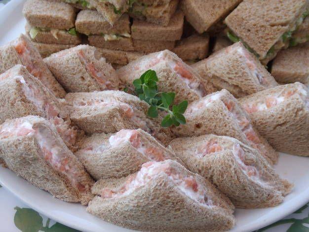 Sándwiches para aperitivo de salmón ahumado y queso