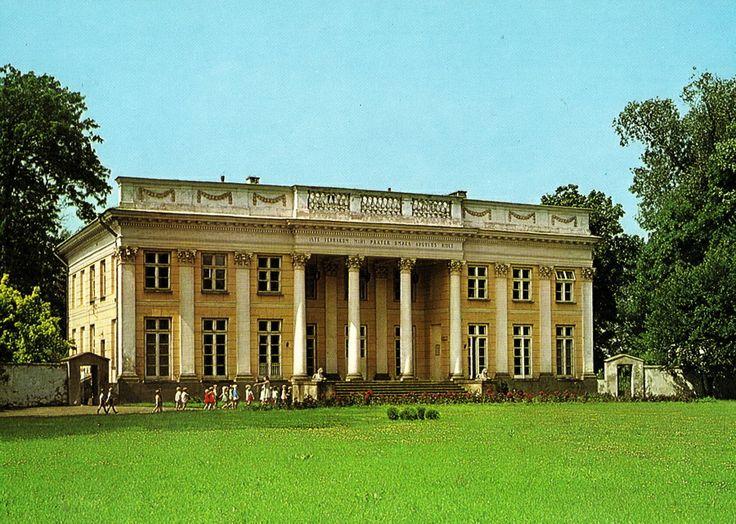 Pałac Marynki w rezydencji Czartoryskich na Puławach; portyk wgłębny i uderzające podobieństwo do Petit Trianon; budowany przez Piotra Aignera u schyłku XVIII wieku (lata 90)