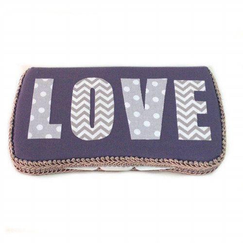 LOVEおしりふきケース    販売価格: 2,500円 (税込)   LOVEプリントのアップリケが可愛いおしりふきケースです。 プレゼントにもおすすめです。   ■サイズ:縦12、横22cm