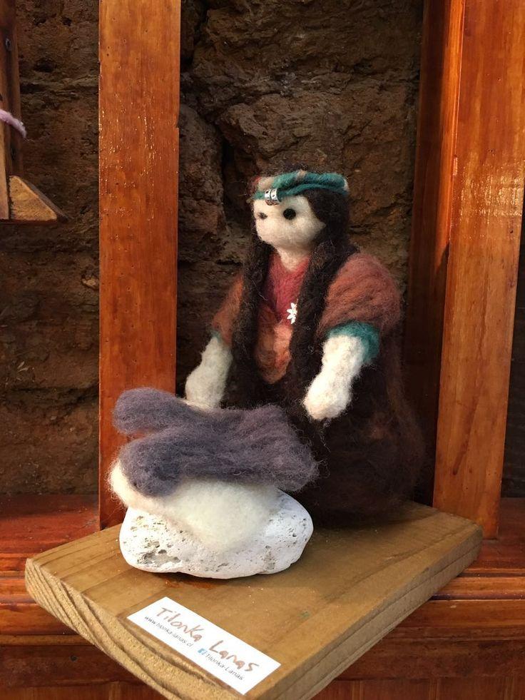 Mapuche lavando ropa de piedra, figura de fieltro de Tilonka Lanas. CLP 20.000