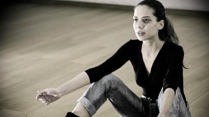 Καλεί στην παράσταση «Αθηνά Χατζηεσμέρ, ετών 17» το Σάββατο 4 Φλεβάρη | 902.gr