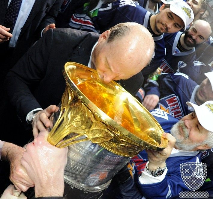 Kontinental Hockey League - Winning coach Mike Keenan of Metallurg Magnitogorsk drinks from the Gagarin Cup!