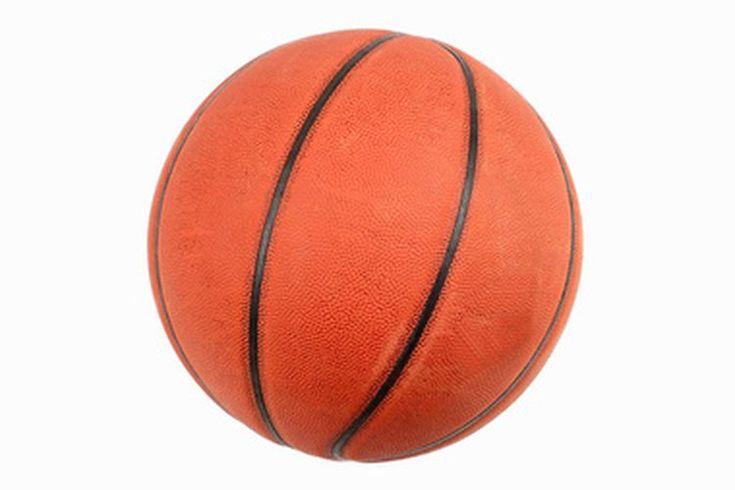 ¿Cuál es la diferencia entre el basquetbol al aire libre y el basquetbol bajo techo?. Cuando estás listo para hacer equipo con tus amigos en un partido de basquetbol, lo primero que se debe hacer es buscar un balón para jugar. Desde cierto punto, jugar basquetbol al interior o exterior puede ...