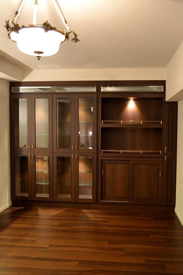 以前にも食器棚のご依頼をいただいておりましたお客様からリピートでのご依頼。 今回はホームバーの様なしつらえをということで、ダークなオーク調の化粧板とガラスの素材の対比、真鍮の金物でアクセントを効かせ、家具に組み込んだLED照明を点灯させることで非日常の空間を演出。 壁面収納 サイズ:W2910×D360×H2245 家具本体税抜き価格:¥812,000.-