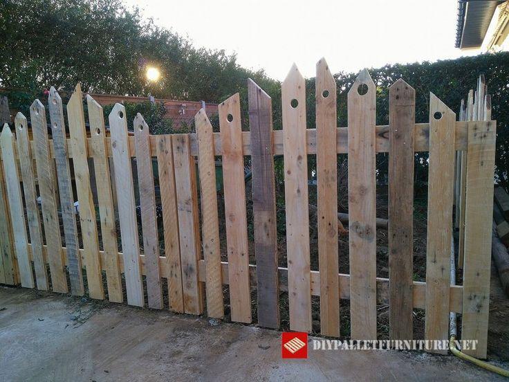 Vianney Magrit zeigt uns diesen Zaun, den sie in ihrem Garten für ihren Geflüg…