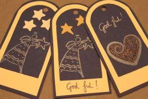 Heimelagde julepakkelappar og julekort - her er det mykje inspirasjon. Og eg prøver som alltid å gjere det enkelt. :)