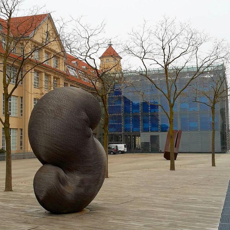 Ziemlich graues Wetter die letzten Tage hier in #Karlsruhe. Habt ihr auch langsam die Nase voll von der #Kälte? Dann gibt es einen kleinen Lichtblick: nur noch knapp 50 Tage dann ist es endlich wieder Frühling #visitkarlsruhe #visitbawu #bwjetzt #meinbw #cold #winter #zkm #coldoutside #explorethecity #Stadtansichten #skulptur #building #travel #citylife #museum #zkmkarlsruhe #nosun #stadterlebnis