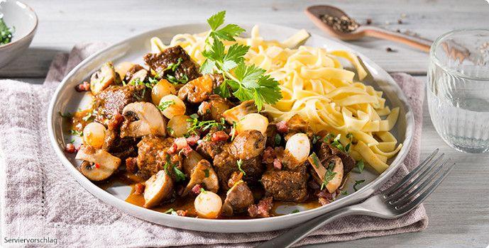 Rezept: Geschmortes Rindergulasch mit Champignons und Perlzwiebeln