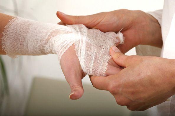 El objetivo de este servicio es eliminar el proceso infeccioso local, facilitar las fases de cicatrización de las heridas en pacientes agudos o crónicos y disminuir los riesgos de sobre infecciones hospitalarias. Servicio realizado por enfermeras(os) profesionales especializados en atención de lesiones de piel.