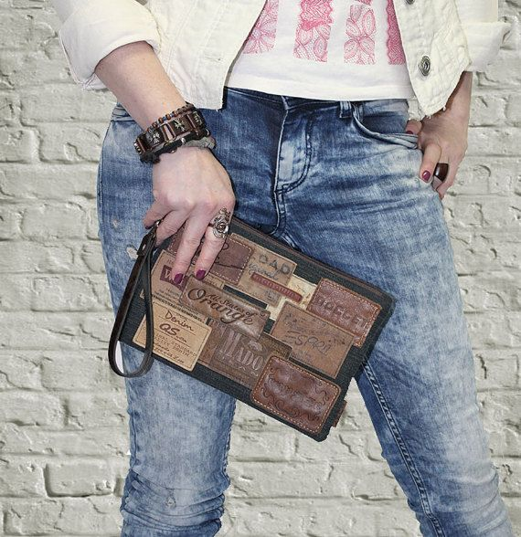 Bracelet fait à la main dans le style Grunge Rock rétro Vintage. Pièce absolument unique. Cadeau idéal et original pour une fille moderne et élégante.  Mode de la rue. Style urbain. Fait d'étiquettes de jeans denim et vraie.  Marron, doublure en coton. En denim Uni assorti à l'arrière. Grande poche à l'intérieur. La dragonne est amovible.  Taille - 6,5 x 9,5 (17x24cm).     Embrayage de différentes tailles sont possibles sur commande. Tout le monde sera unique et différent.  Toutes les…