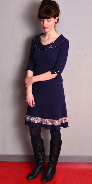 Knielange Kleider - blaues Jersey Kleid - Blumen - Knöpfe - ein Designerstück von stadtkind_potsdam bei DaWanda