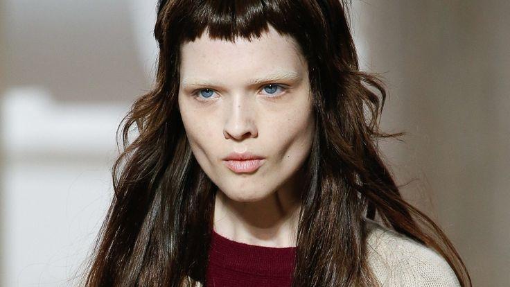 Der Stufenschnitt Fur Lange Haare Feiert Ein Comeback Vokuhila Frisuren Stufenschnitt Vokuhila Frisur Stufenschnitt Lange Haare Lange Haare