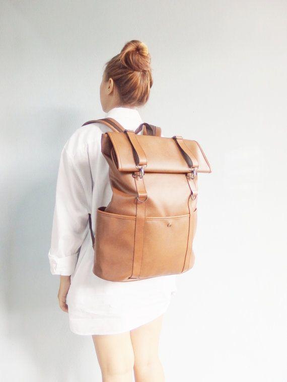 Ce sac à dos est un sac de ma propre conception. Au moment où que j'ai fait le sac est conçu pour faire un projet sur l'Université. Plus tard des expériences réalisées vente à Chiang Mai, Thaïlande, a été bien accueillie par les visiteurs. -------------------------------------------------------------  Ce sac est fait de PU, aussi connu comme le PVC ou le simili cuir. Grade A Durabilité garantie Conception avec un simple vintage. Le sac souvre avec une fermeture à glissière et une serrure…