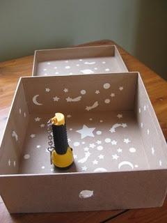 """""""looking box"""": Lichtgevende sterren plakken in kartonnen doos met gaatje. Schijnen op sterren met zaklamp. Doos dicht doen en kijken door het gaatje naar de lichtgevende sterren."""