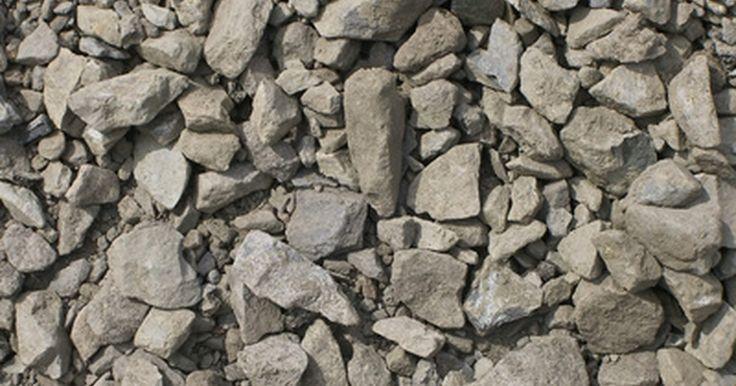 Processo de reciclagem do concreto. No passado, o concreto proveniente de demolições era transportado para aterros sanitários. Atualmente, contudo, a reciclagem de concreto se tornou muito popular por razões ambientais e econômicas. Ele é coletado nos locais de demolição e então triturado para ser usado na fabricação de concreto novo. O reciclado é atualmente usado para construir ...