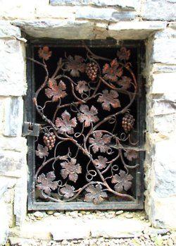Beautiful Ironwork //Los motivos de parra y uvas renacentista me entacantas y si son de la época ¡A MORIR POR DIOS!