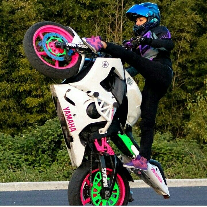 Sponsored Rider @drea253stunts getting some yoga in on her ZeusArmor equipped R6S #zeusarmor #dowork #yamaha #r6s #stunt