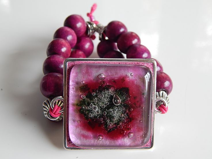 Hand made glass bracelet with wood beads. One size. www.ayaglass.hu