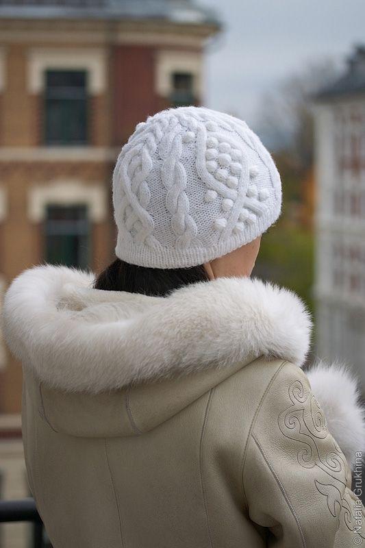 Вязаная женская шапка с арановым узором. Схема вязания узора из жгутов и кос. Описание вязания спицами (на окружность головы 56-58 см.).