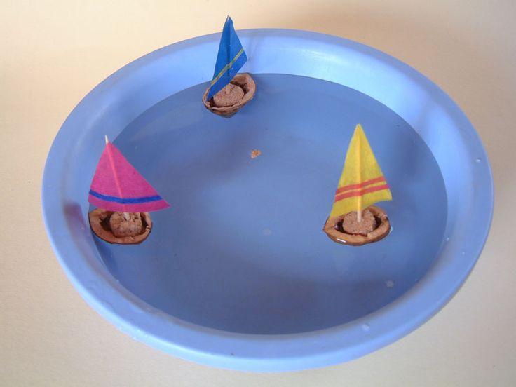 bootjes van een walnootdop en kurk