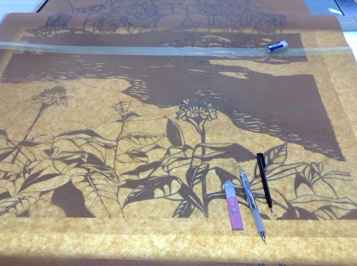 Katazome- Calcado de la composición en el papel katagami (plantilla), para luego cortar con exacto