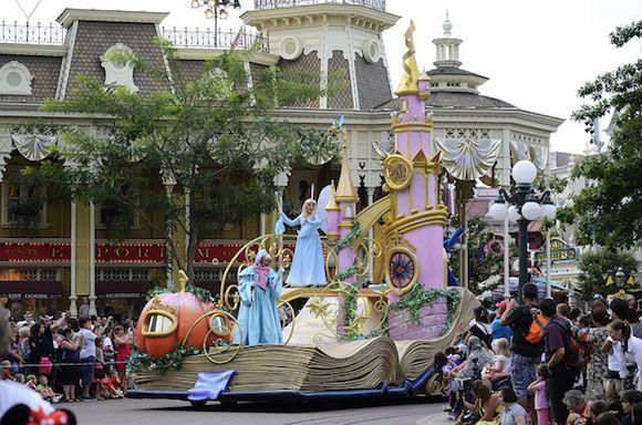 La tradicional cabalgata del parque Disneyland se viste de fiesta en Disney Magic on Parade. Un fabuloso desfile con la magia de siempre, renovado y mejorado con ocasión del 20 Aniversario de Disneyland Paris.