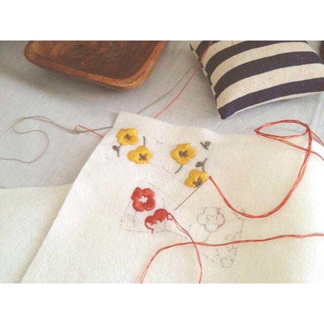 ♦︎ 昨日寝室の模様替えついでに 空いたスペースにアトリエもどきを作りました❁ 陽当たりがよくて手元が明るい!  写真のは前の型紙を使って 新しい図案をちくちく。 ブローチやヘアゴムにする予定です✨  #刺繍 #ハンドメイド #アクセサリー #ブローチ #brooch #embroidery #handmaid #accessory