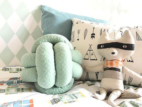 Een knoopkussen zie je veel als accessoire in de babykamer of kinderkamer. Je kunt ze vrij simpel zelf maken. Ik leg het stap voor stap uit.