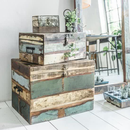 Kisten gemaakt van hout uit Indiase huizen.