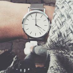 Eine silberne Uhr zu eine grau-weißen Wolljacke: Wunderschön. Auch die restlichen Accessoires sollten silberfarben sein. | Stylefeed