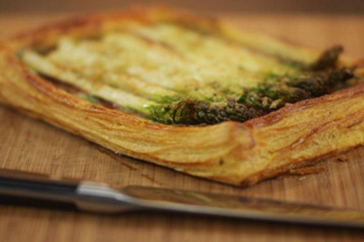 Deze hartige taart met groene asperges en Italiaans spek vraagt weinig bakkerskunsten. De zelfgemaakte kruidenkaas zorgt voor de nodige smeuïgheid en frisheid. Deze kaas smaakt trouwens ook lekker op de boterham. Serveer de bladerdeegtaart als een snack, of als bijgerecht