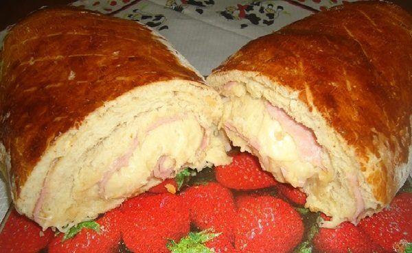 A Receita de Pão Recheado Fácil não dá o menor trabalho para fazer e fica uma delícia. Os ingredientes da massa do pão são batidos no liquidificador e, em