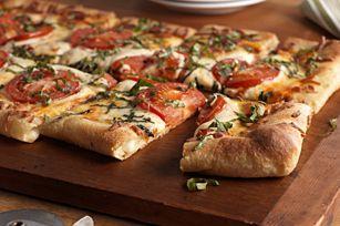 Pizza à la tomate et au basilic à croûte farcie